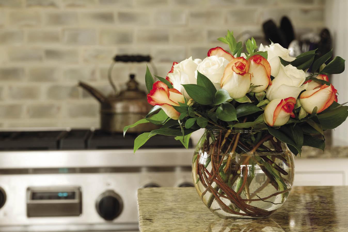 Hoa cắm lọ cần được thay nước thường xuyên.