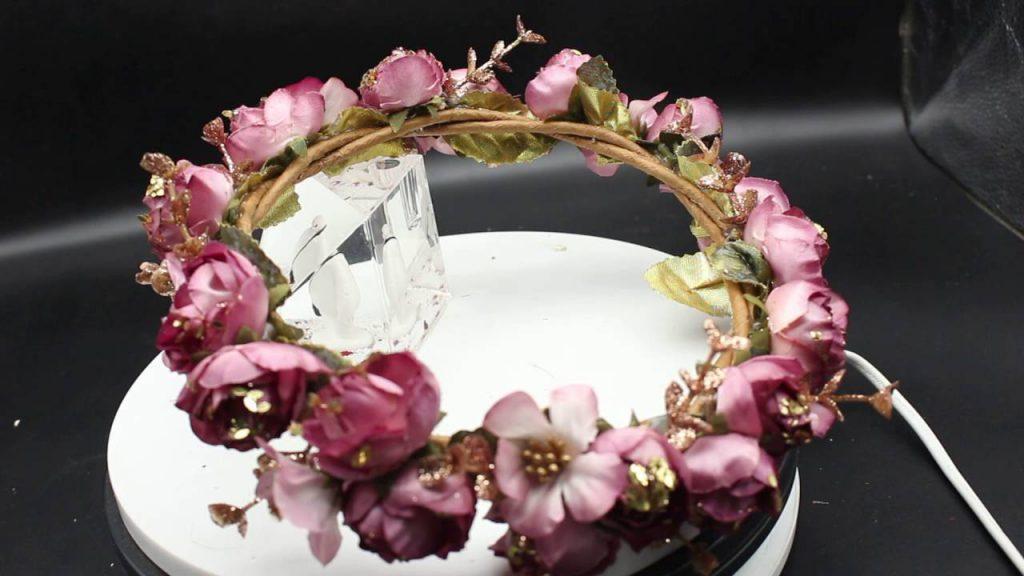 Vòng hoa đội đầu với hoa hồng được nhiều bạn lựa chọn.