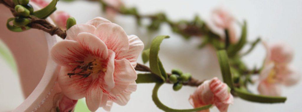 Bạn có thể dễ dàng tạo ra những chiếc vòng hoa đội đầu xinh xắn với keo nến.