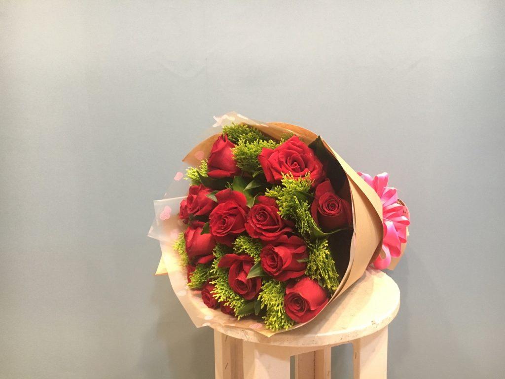 Hoa hồng chụp ảnh kỷ yếu giúp bạn quyến rũ và nổi bật hơn.