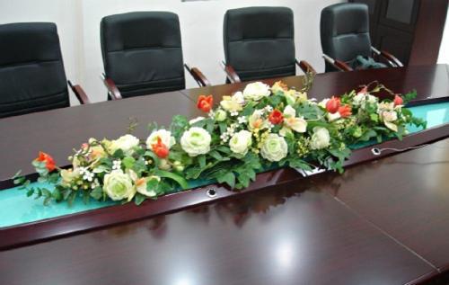 Mẫu hoa đơn giản và hiện đại cho bàn dài